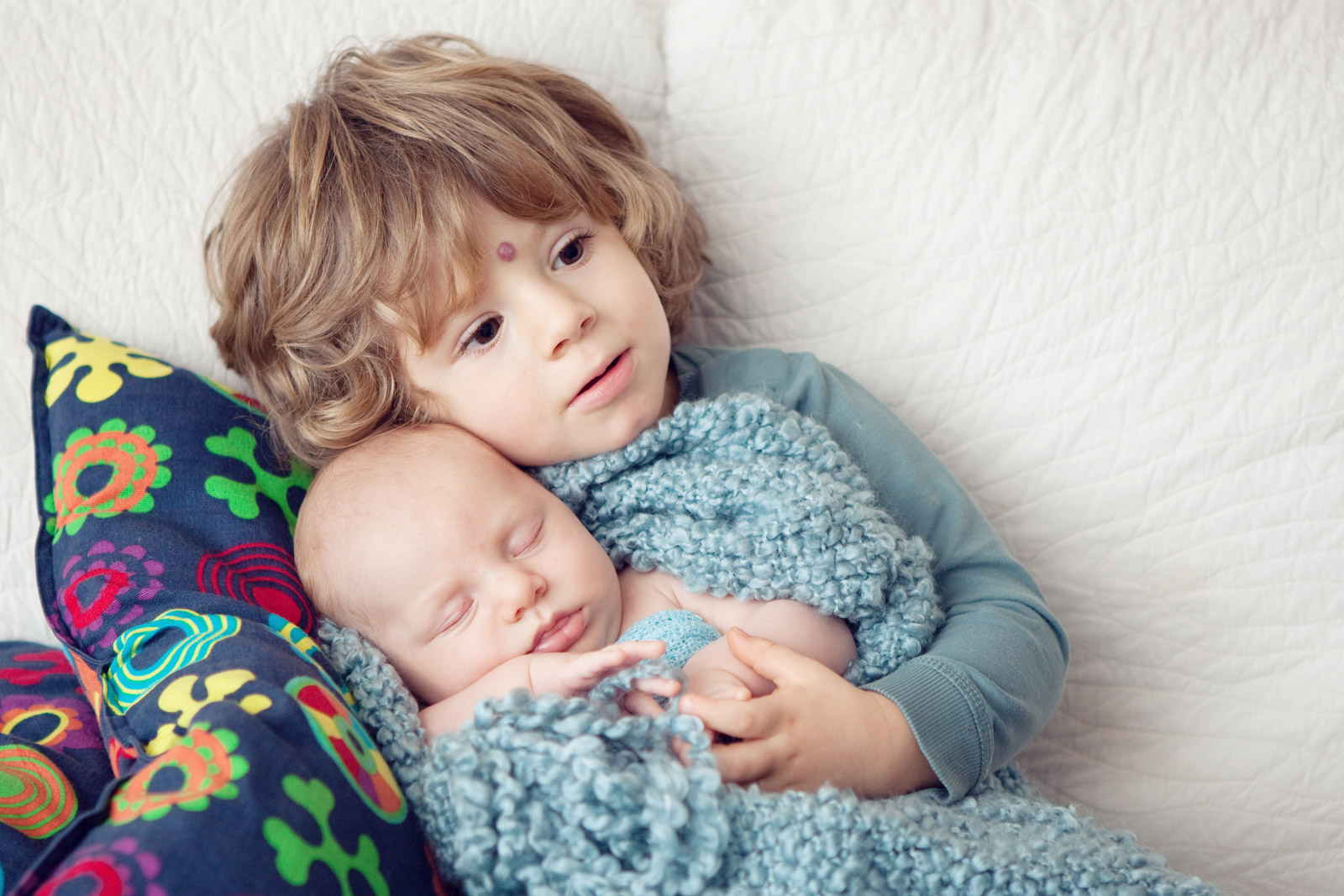A photo session with a newborn and a brand new big brother or sister comes with its own set of challenges so you need to be well prepared. Here are some tips that really help me make these sessions enjoyable for everyone!