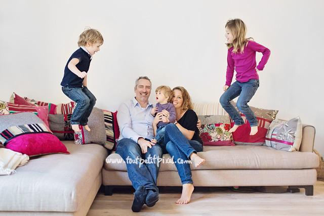 Фото детей прыгающих на диване 89