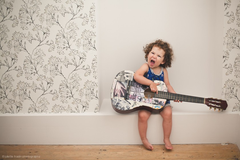 little girl playing the guitar pic by Juliette Fradin