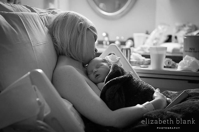 mom-snuggling-newborn-in-hospital-by-Elizabeth-Blank