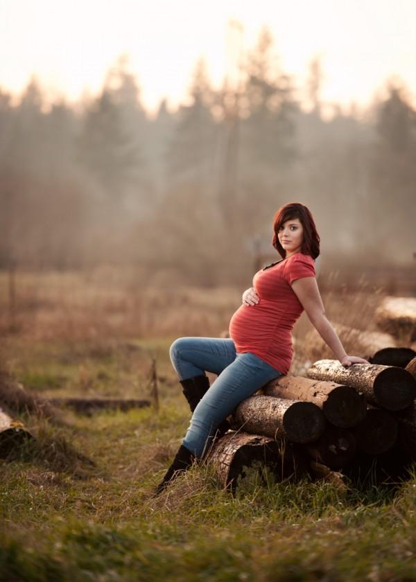 outdoor maternity portrait by Chloe Ramirez