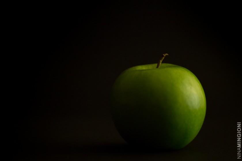 green apple photo by Nina Mingioni
