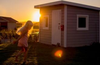 Girl-Backlit-by-Golden-Sunset-Light-in-Sweden-by-Jenny-Rosenbring