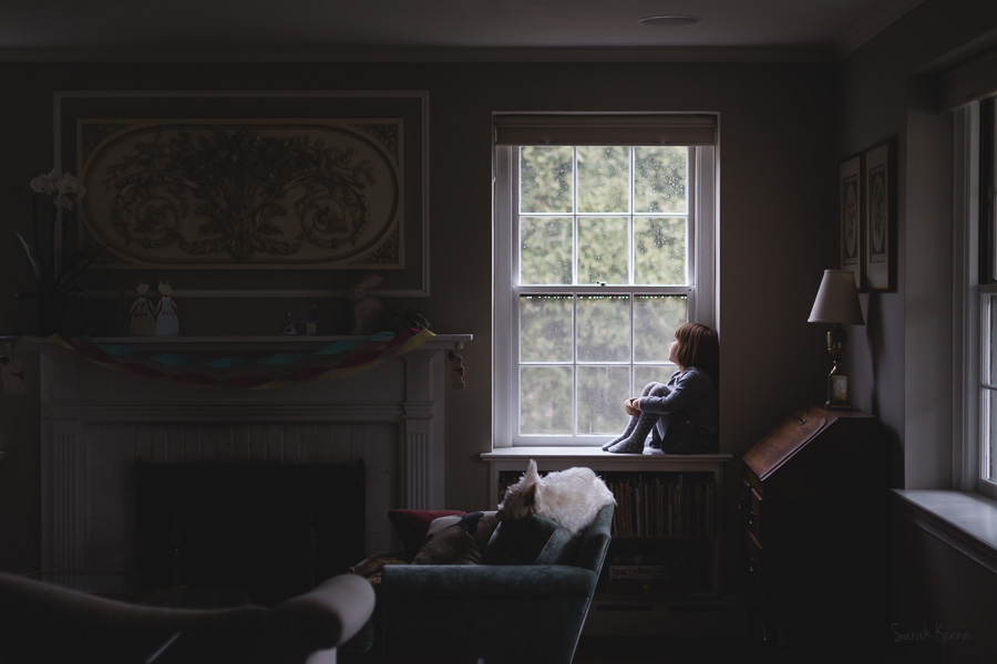 Evocative-Environmental-Portrait-in-Everyday-Setting-with-Calm-Atmosphere-and-Elegant-Light-by-Sarah-Keene