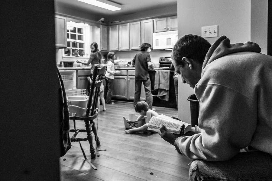Pullback-Storytelling-Scene-of-Everyday-Life-with-Children-by-Sarah-Hodges