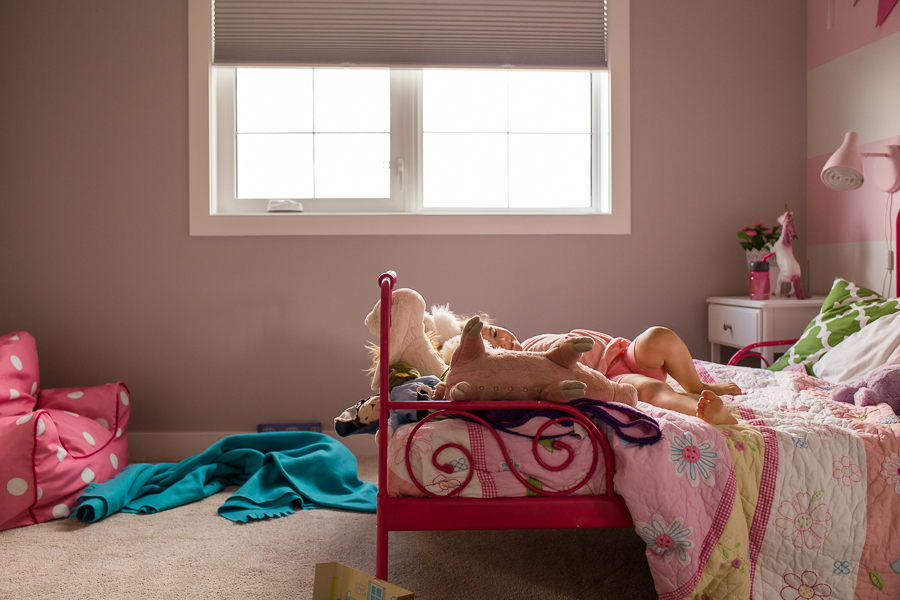 creative-and-detailed-environmental-portrait-of-little-girl-in-pink-room-lindsey-gyles