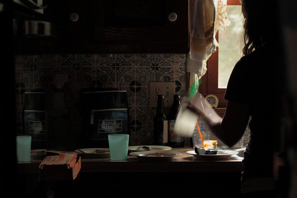 everyday-home-scene-washing-dishes-yields-creatively-striking-environmental-portrait-by-kristin-white