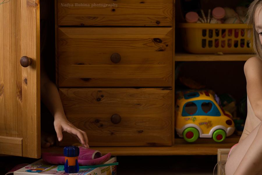 playroom-dual-unusual-environmental-portrait-of-children-by-photographer-nadya-rubina