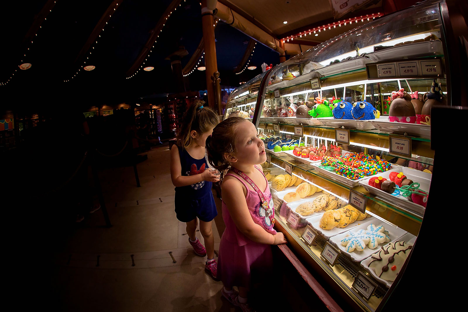 kids picking out treats at Disney World by Dana Nicole Photography