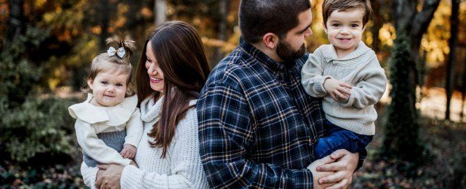 family-blurry-background-kelsey-farnham
