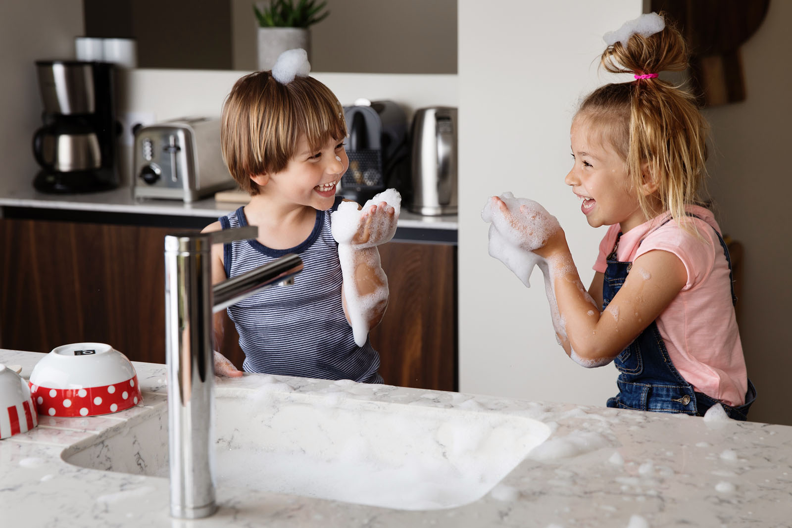 boy-girl-playing-in-sink-with-bubbles-lisa-tichane