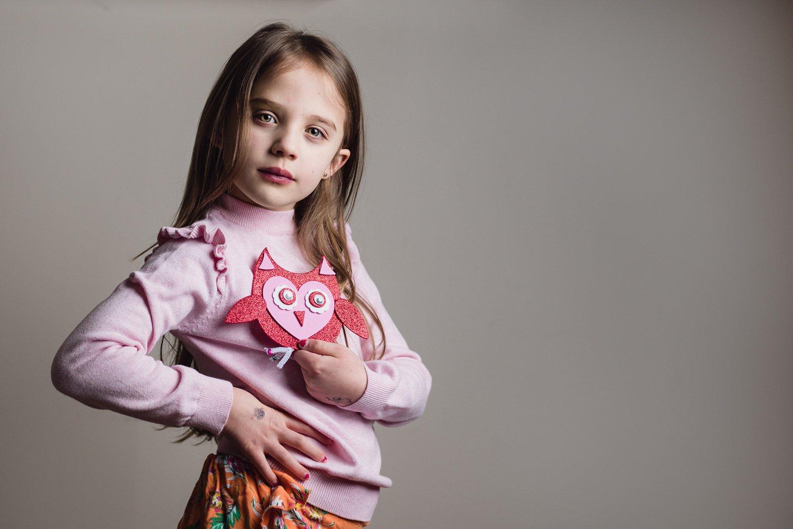 Christina-girl-holding-heart-owl_scarletgracephotography
