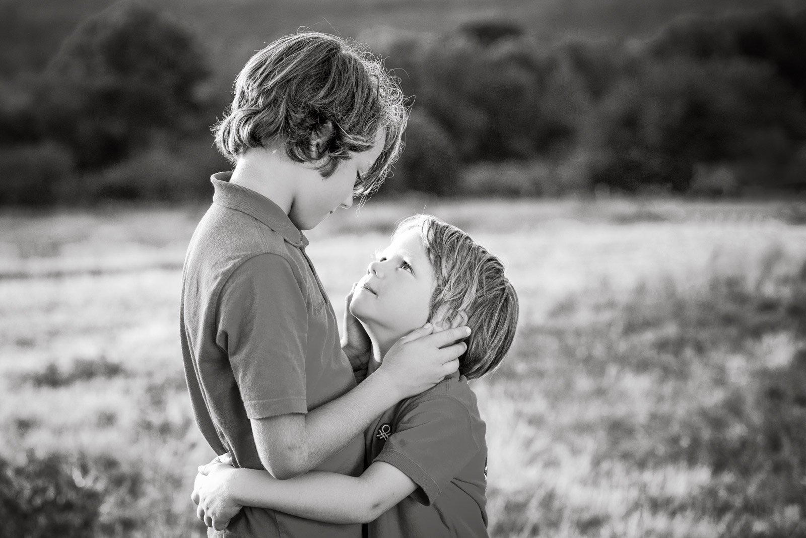 Constanze Pfeifer_schtanzerl clickin moms march forum photo contest two boys hugging black and white