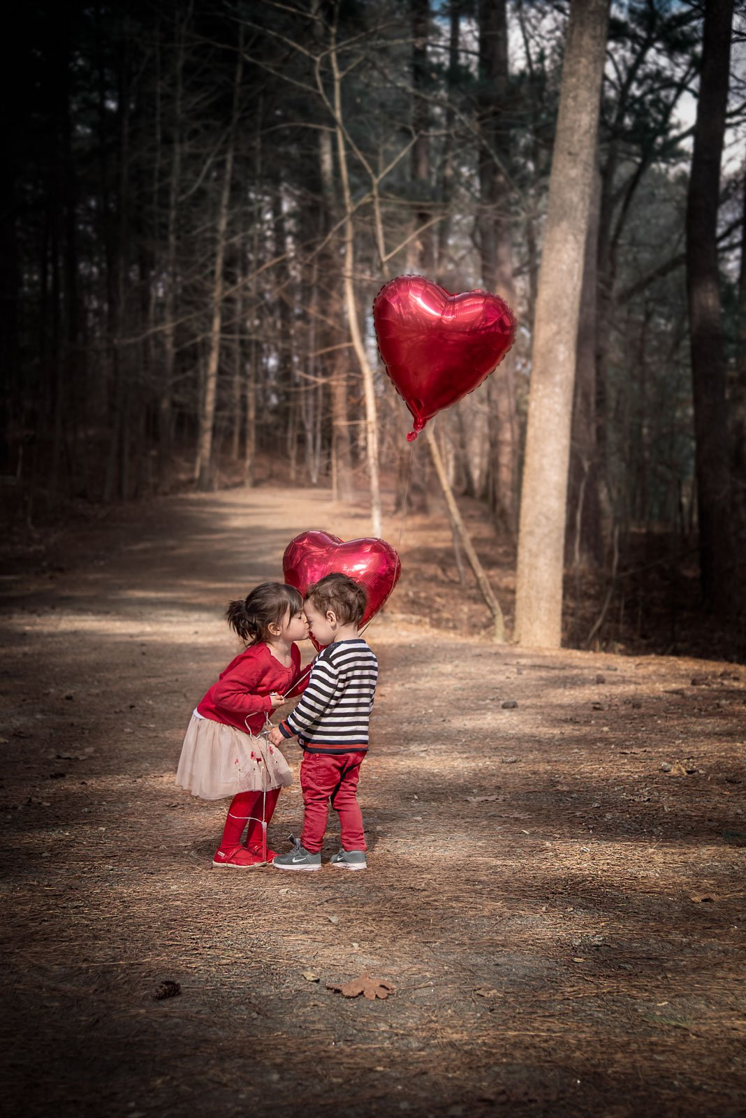 Daphne Lamontagne-kids-kissing-with-heart-balloons_clickindaph