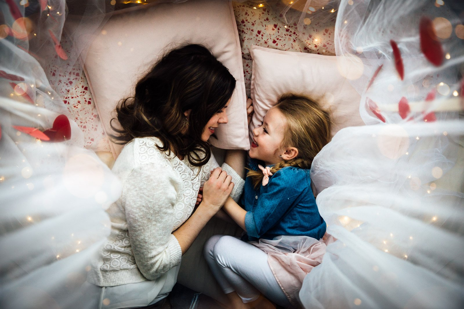 Julia Audoux-mom-daughter-snuggling-in-bed_julieaudoux