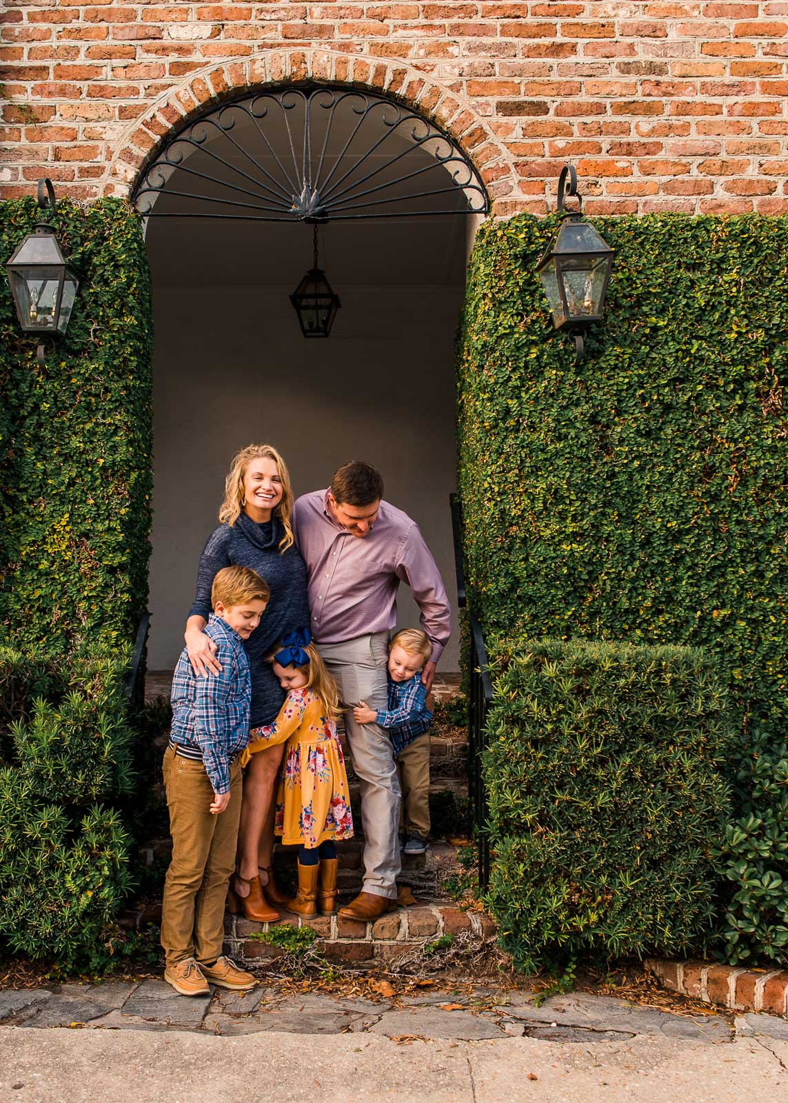 family-poses_family-hugging-in-brick-doorway-larissa-lord-photography-1-2