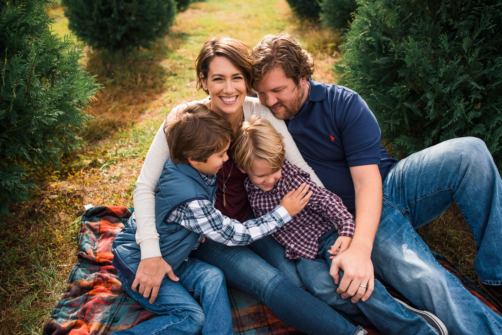 family-poses_family-on-blanket-hugging-larissa-lord-photography-1-5