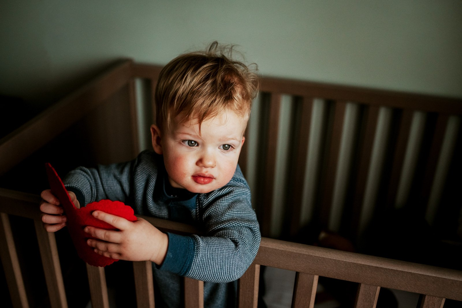 unknown_-baby-in-crib-holding-red-heart-mytwobears_