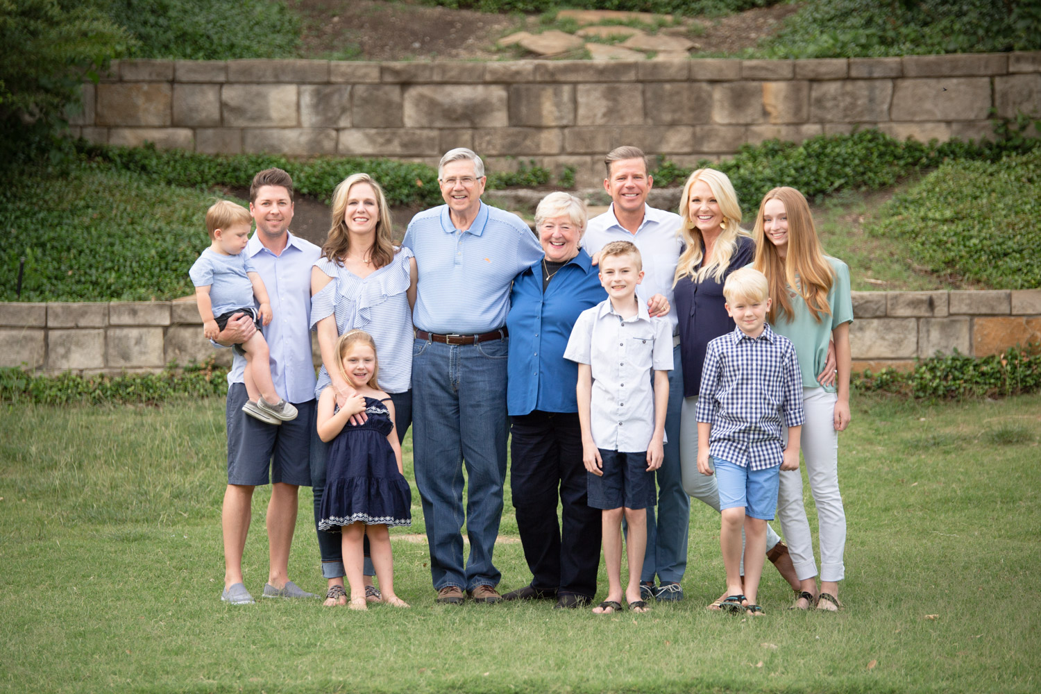 Large Group Photo Session family looking at camera and smiling by Shelly Niehaus Photography Prosper, TX.-8